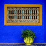 Fenêtre et mur bleu